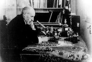 cajal-delante-de-su-microscopio-en-1920