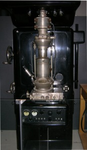 Ernst_Ruska_Electron_Microscope_-_Deutsches_Museum_-_Munich-edit